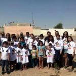 Planta arboles Maribel Hernández junto con niños en colonia Tierra Nueva